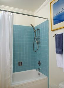 Sausalito apartment rental - Bath with shower over the tub