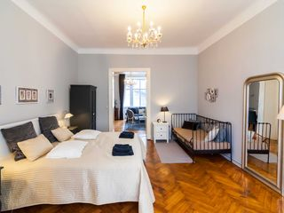 Innere Stadt apartment photo - King size bed, extra single bed and full size mirror