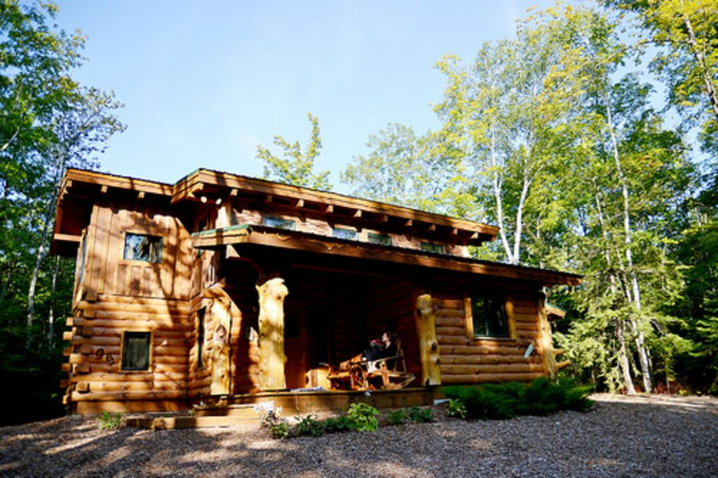 Amazing door county hand hewn log cabin in vrbo for Hewn log cabin kits