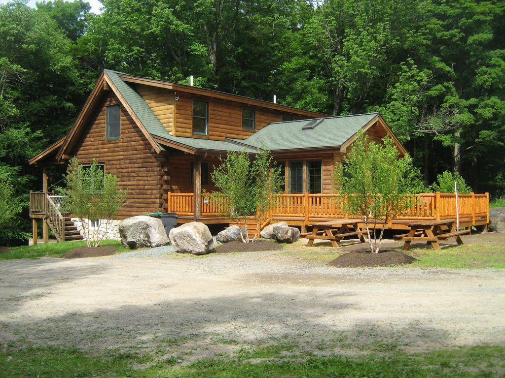 Poconos near lake wallenpaupack mountain top log home on for Vacation log homes