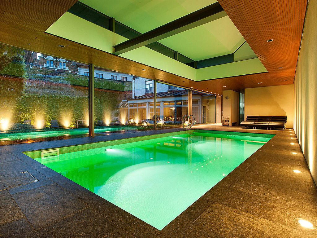 Huis de kelk private garden and indoor pool in heart of for Indoor garden pool