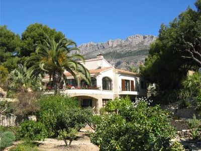 Free-standing villa with private pool & sea view, dogs welcome