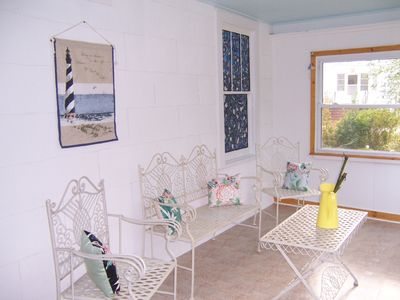 New Bern cottage rental - Sun room in Bamboo Cottage