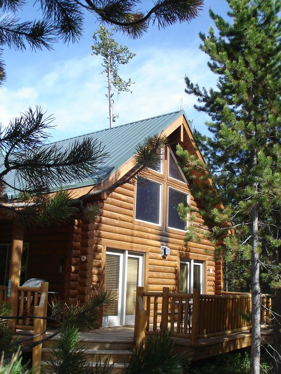 Yellowstone log cabin with hot tub vrbo for Log cabins in yellowstone national park