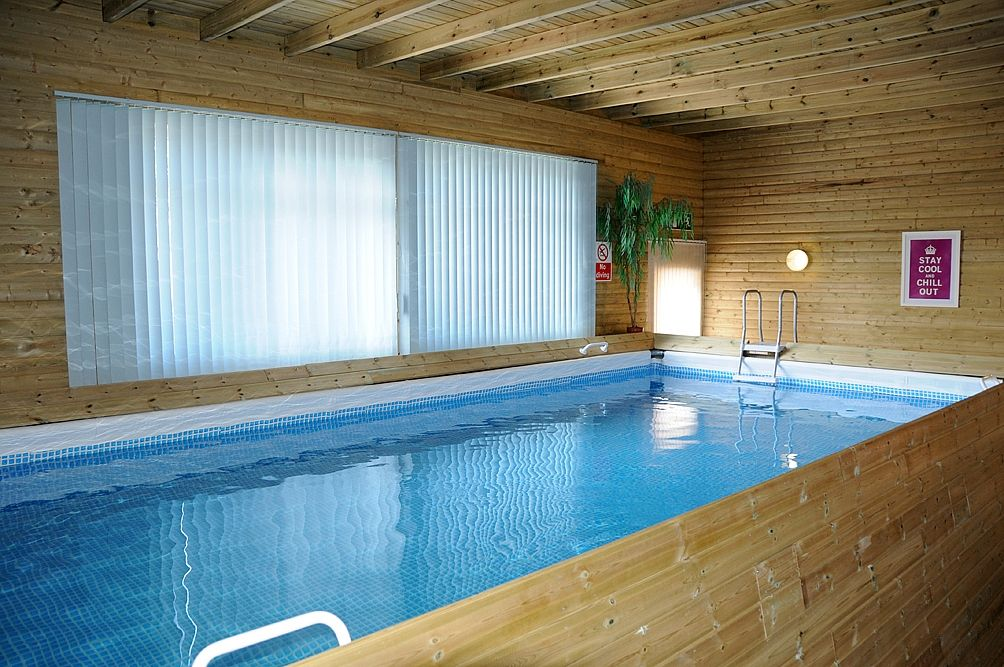 W2222 luxury cottage private indoor pool hot tub full for Private indoor swimming pools