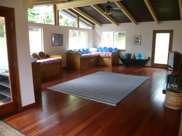 Naalehu farmhouse rental - Large Great Room with 4 custom built twin beds