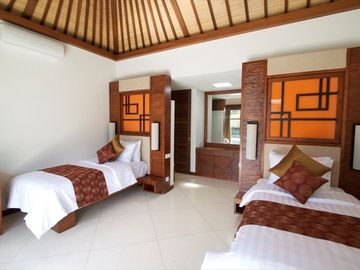 Twin bedroom with en suite bathroom