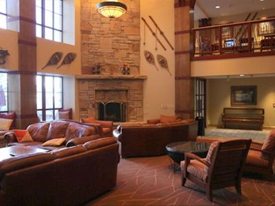 Marriott Mountainside: Relax in the Lodge overlooking the slopes!!