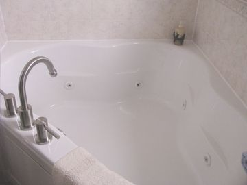 2-person Jacuzzi bathroom with shower-1st floor