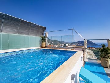 2 bedroom Villa, sleeps 4 with Pool, Air Con, FREE WiFi and Walk to Shops