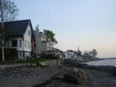 Notre Dame Du Portage: House with garden on the side of the St-Lawrence River