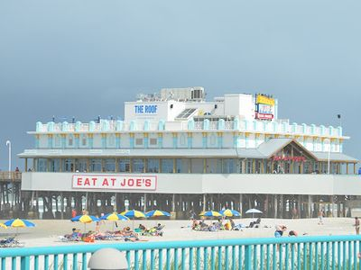 Joe's Crab Shack is a quick walk down the beach. 4 min. Plus, roof top dinning!