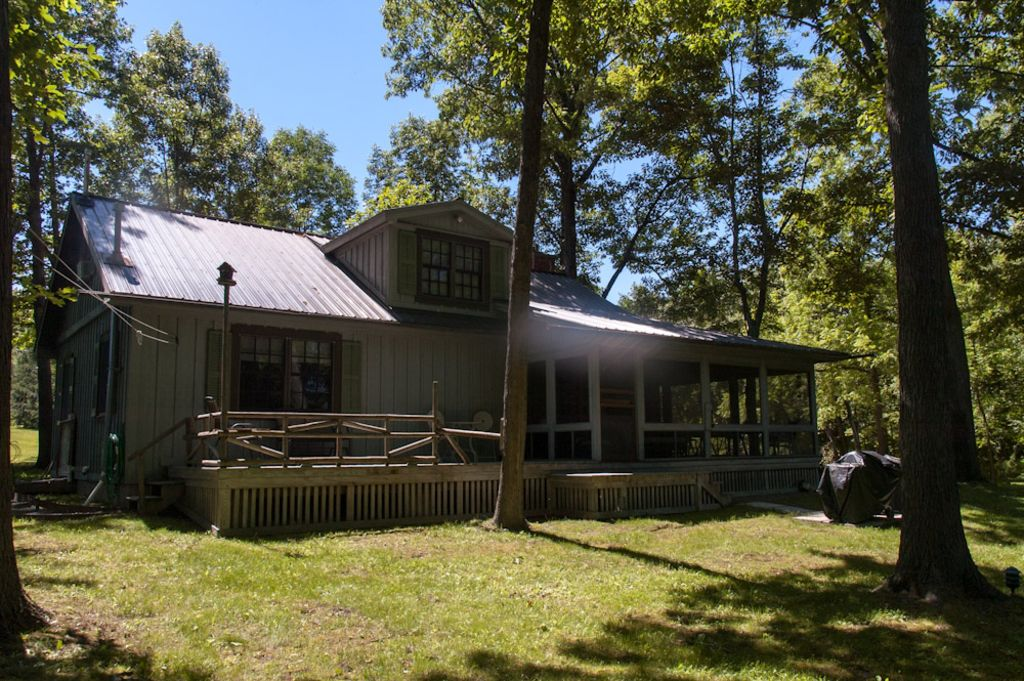Whispering pines cabin secluded lakefront vrbo for Secluded cabin rentals on lake tennessee