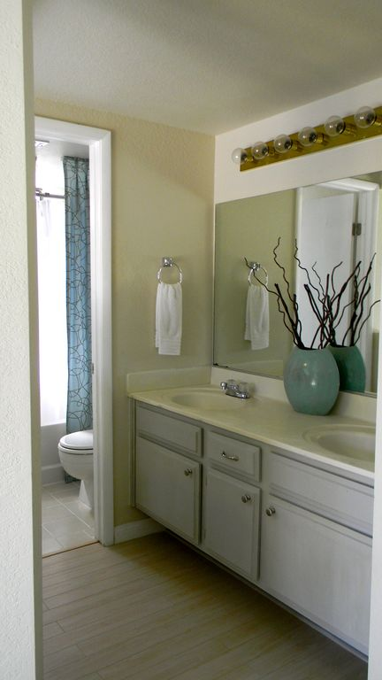Private master bath, w/dbl sinks, roman tub and shower, thick white towels