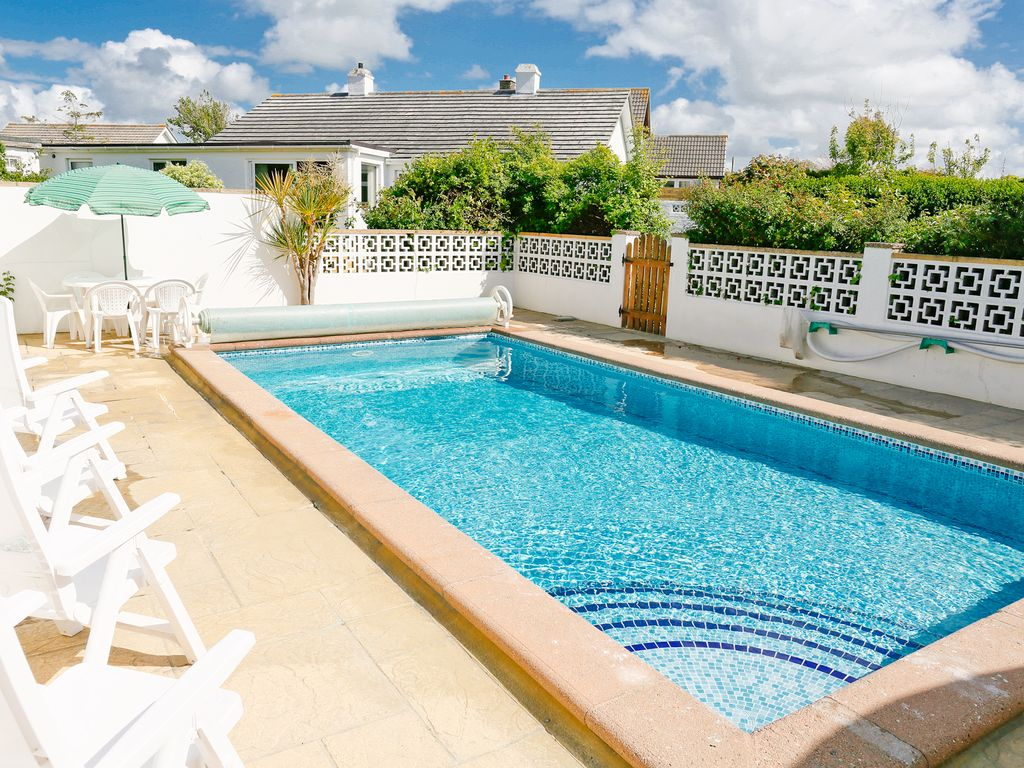 Trebiza detached bungalow with outdoor heated swimming for Garden pool bungalow