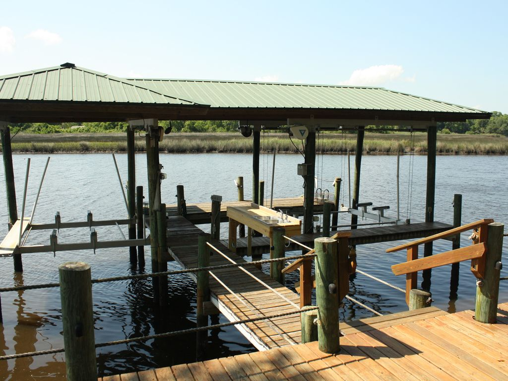 Fishing and boating getaway close to everything vrbo for Dock fish cleaning station