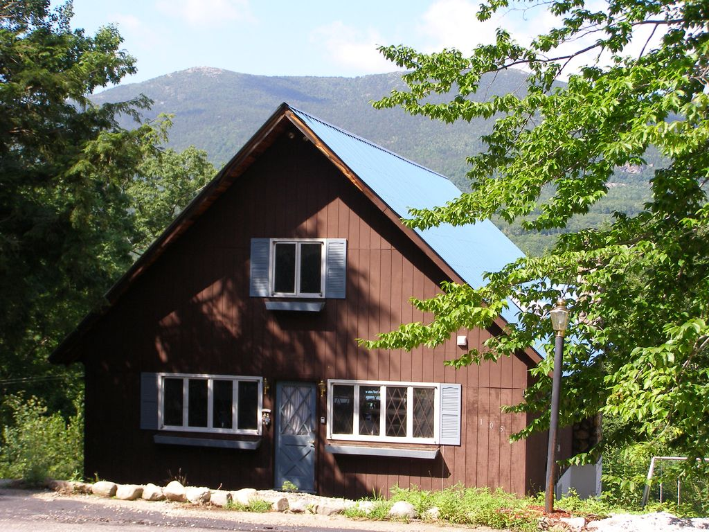 Awesome Mountain View from 2700 sq ft Chalet with hot-tub on deck
