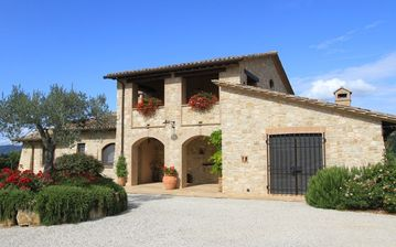 Collazzone farmhouse rental - Front view of Il Casale di Mele.