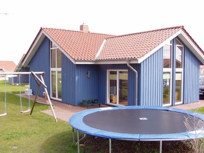 Directly on the dike, a few minutes to the beach, canoeing, trampoline, swing, fireplace