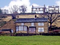 BROW FARM, pet friendly, with a garden in New Mills, Ref 2774