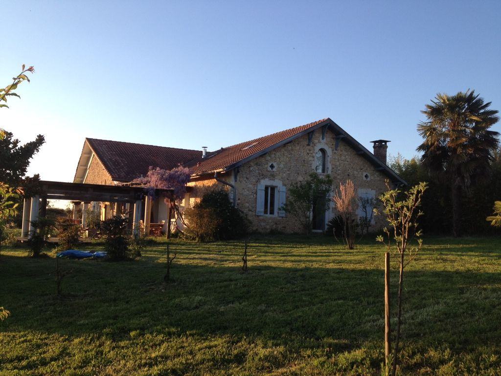 Accommodation near the beach, 240 square meters, with garden