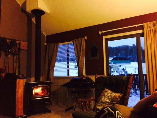 Cozy Liftside Condo with mountain views, convenient to amenities and sleeps 6