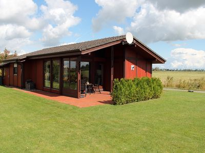 Our family-friendly holiday home is located within walking distance to the lake and the North Sea.