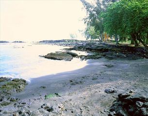 Hilo house photo - Richardson Beach: Black & White Sand