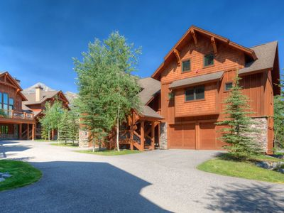 Walk to Zipline, Ski Access, and Dining! Vacation With Convenience And Luxury!