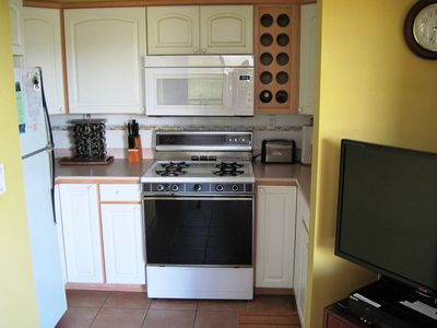 Fully stocked Kitchen with Full-Sized Appliances. Complete utensils. Cable TV.
