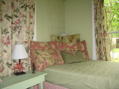Guest Cottage sleeping porch with Twin bed - water view very peaceful alone time