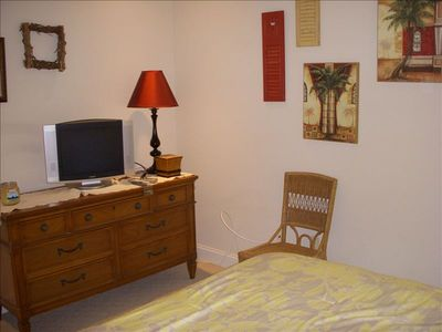 Gold Coast condo rental - Bedroom with queen bed, flat screen TV, ceiling fan with remote control