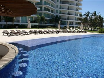 Nuevo Vallarta condo rental - Elegant architecture, accommodating pool.
