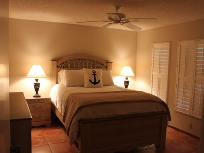 Sarasota house rental - Bed room over looking court yard with queen size bed