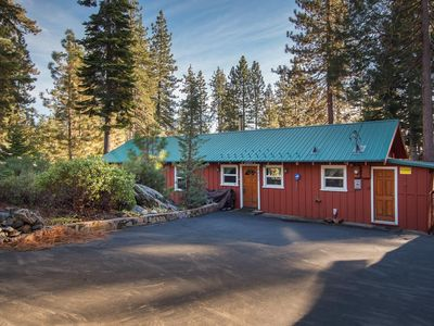 Secluded 3-bedroom cabin retreat on scenic lot with deck — walk to beach and casinos