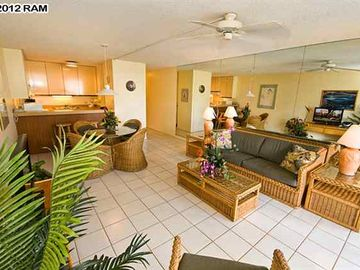 Wailea condo rental - living room with pull out sofa bed and breakfast bar