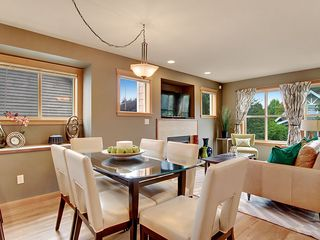 Seattle townhome photo - Elegent Dining for Six & Two Bar Stools at Counter Provide Seating for 8 Guests.
