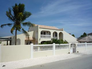 Aruba villa photo - Front of the house: on the left the carport and on the right the pool area