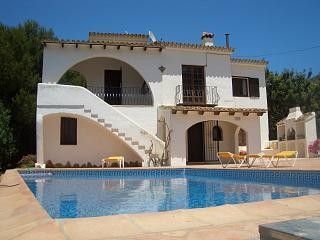Private pool & table tennis.  5min walk to supermarket, 5min car to Moraira town
