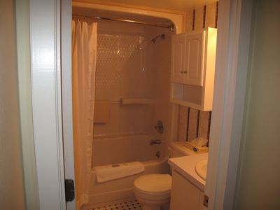 nice full size bath with shower/tub