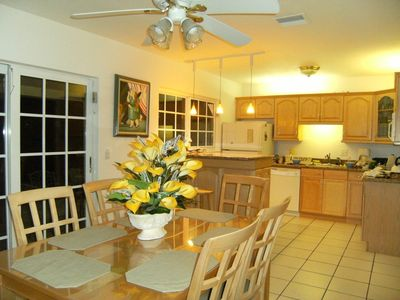Oakland Park house rental - dinig room and kitchen