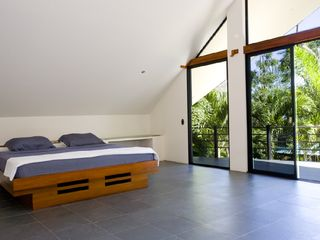 Manuel Antonio villa photo - Master bed with private balcony (Tipoha)