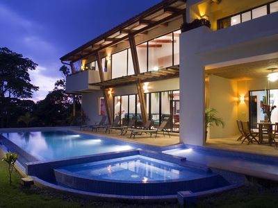 Dominical villa rental - Pool, lateral house view at dusk