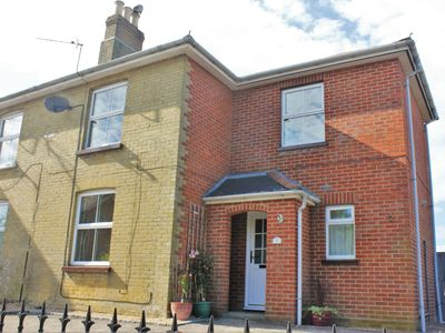 Wootton Bridge Cottage - Pet friendly with secure enclosed garden and parking