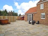 BUMBLE BEE COTTAGE, pet friendly, with pool in Skipsea, Ref 22043