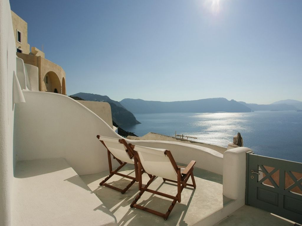 Luxury villas in oia with stunning caldera vrbo for Terrace white