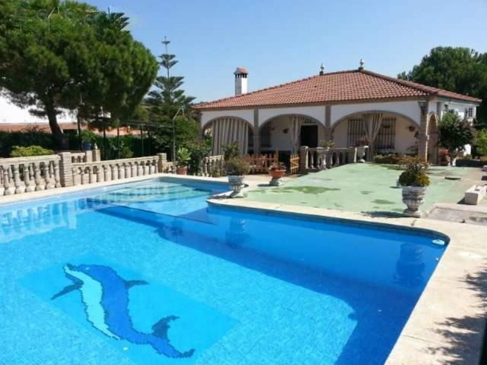 Confortable chalet con piscina en gerena a 20 km de for Club con piscina en sevilla