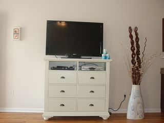 Guest Cottages townhome photo - TV with 250 channels, Blue-ray DVD player Internet streaming, DVR, key less door