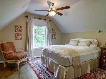 Upstairs bedroom with queen size bed - lake view