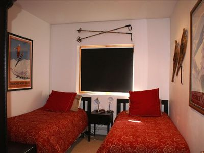 1st Fl: Twin/Twin Bedroom w/ 2 Twin Beds, Shared Bathroom